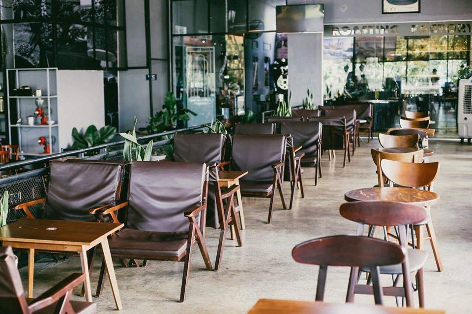 mau-ban-ghe-cafe-the-hien-phong-cach-midcentury