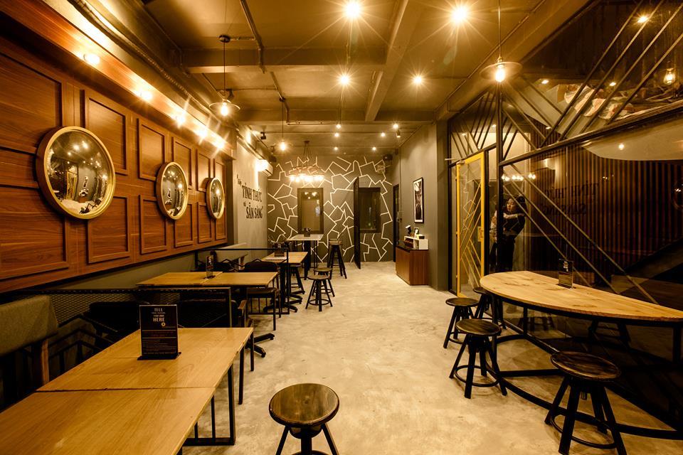 bàn ghế băng dài cho nhóm khách hàng tới quán đông
