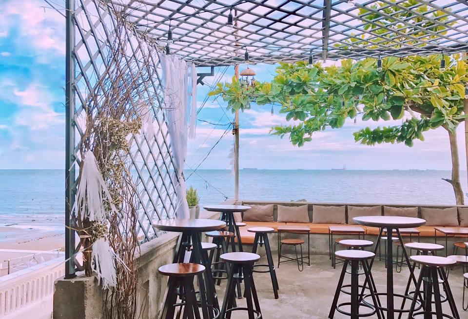 mau-ban-ghe-noi-that-cafe-ngoai-troi