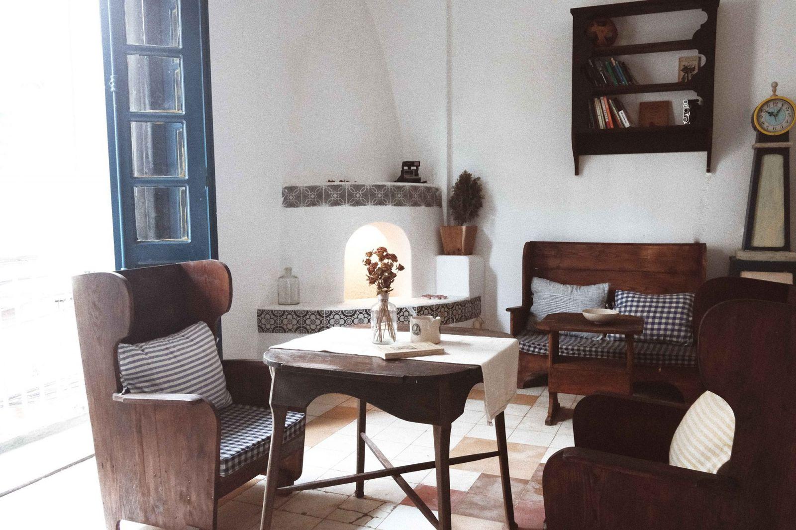 mẫu bàn ghế gỗ vintage nổi bật trong nội thất homestay
