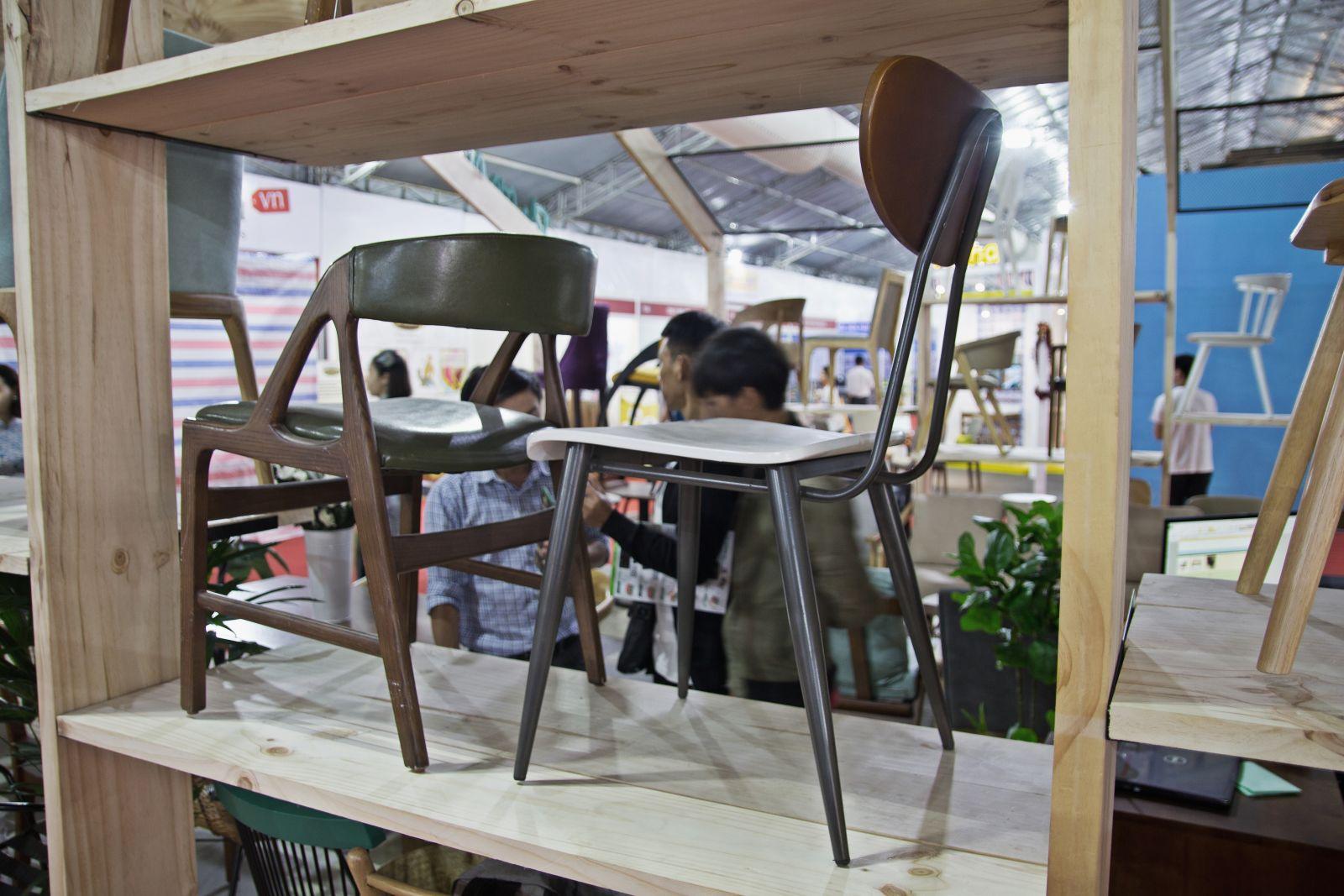 ghế gỗ khung sắt - sản phẩm nội thất của phong cách mộc