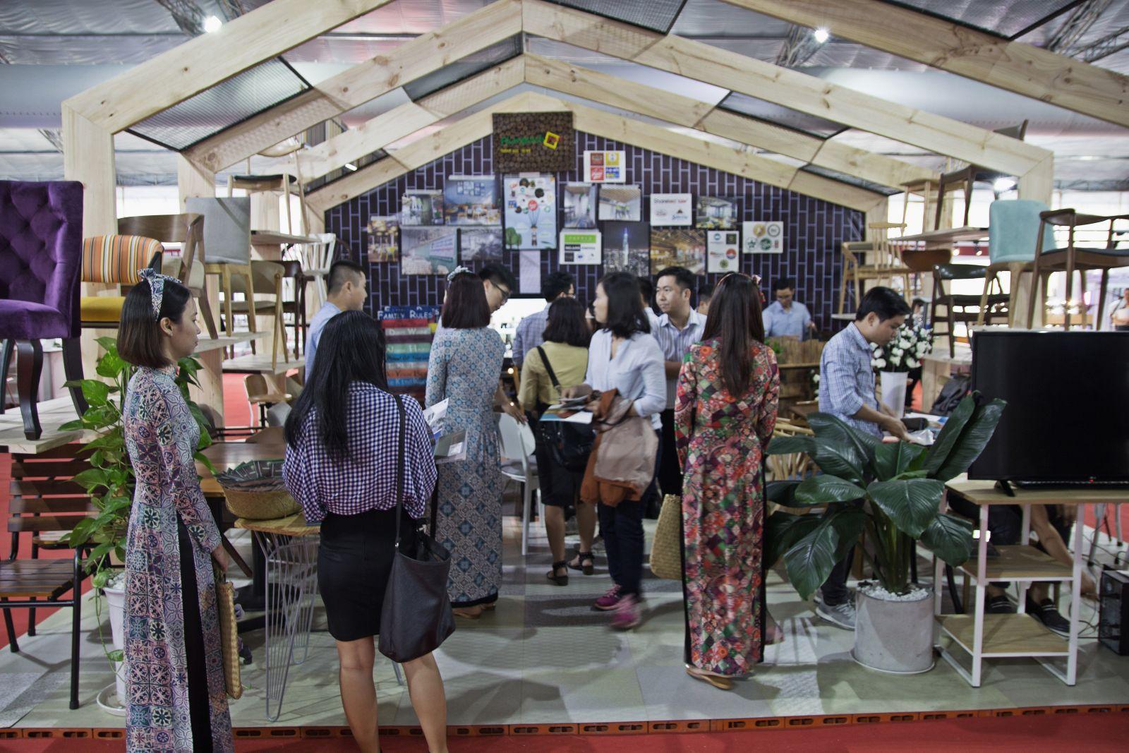 các vị khách tới tham quan gian hàng nội thất của phong cách mộc