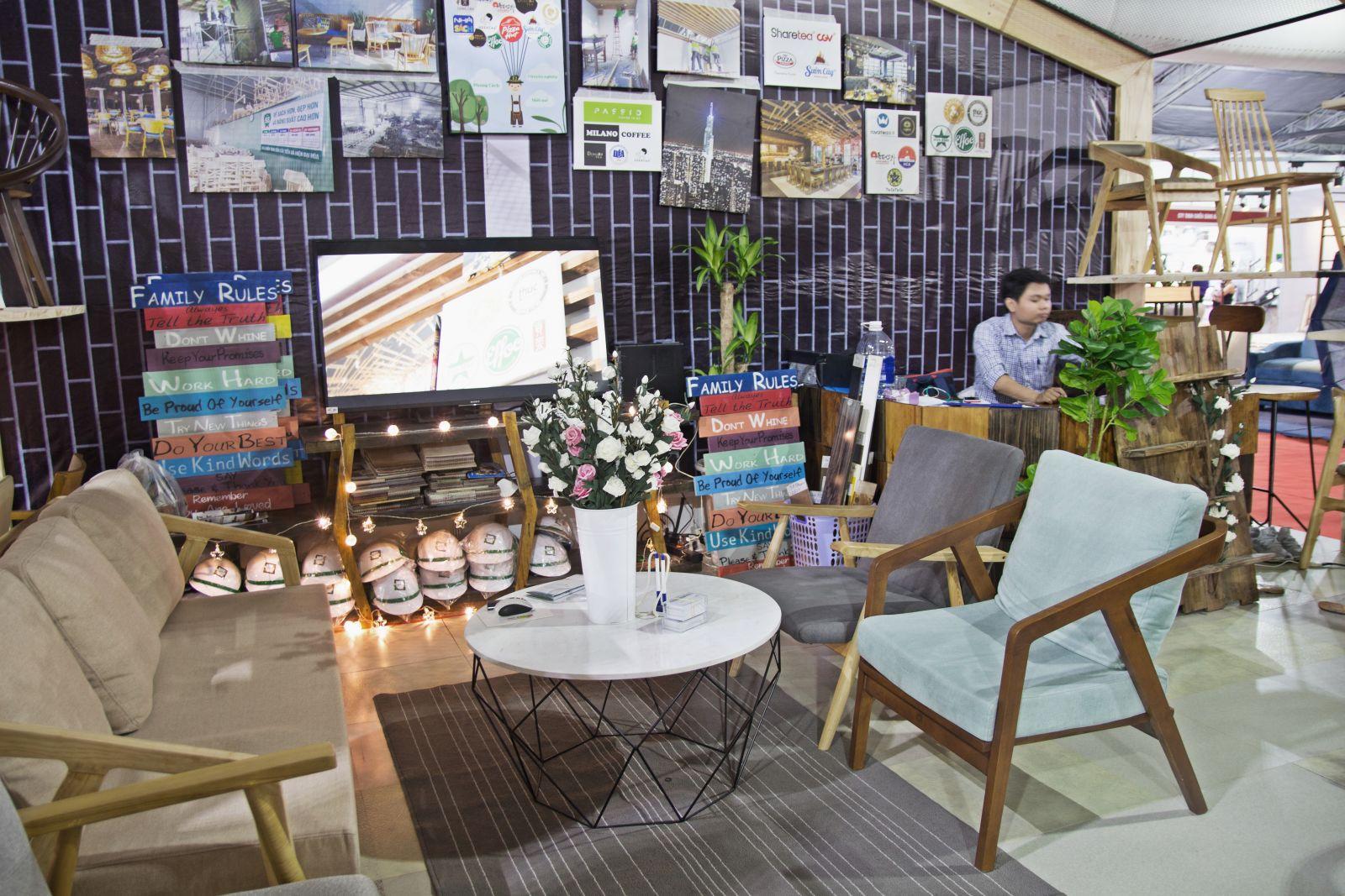 không gian tiếp khách trang bị bộ bàn ghế gỗ sofa cafe