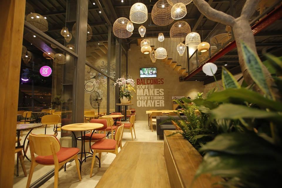 ban-ghe-cafe-tai-balconies-hop-phong-thuy