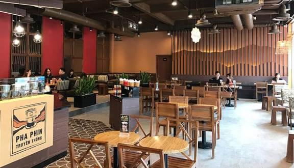 ban-ghe-go-cafe-trong-khong-gian-highland-coffee