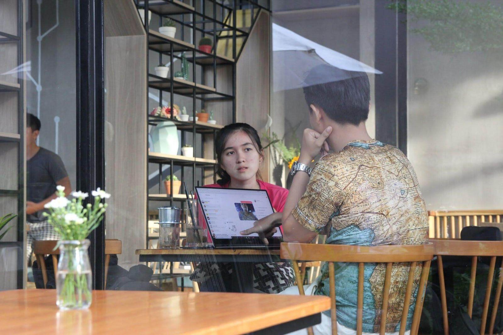 ban-ghe-cafe-tao-khong-gian-rieng
