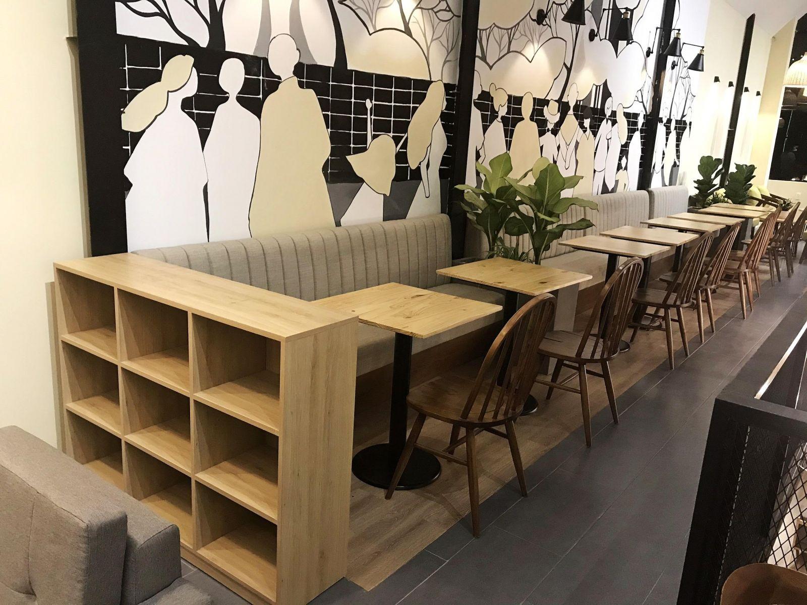 bày trí bàn ghế nội thất quán cafe nhà thép tiền chế