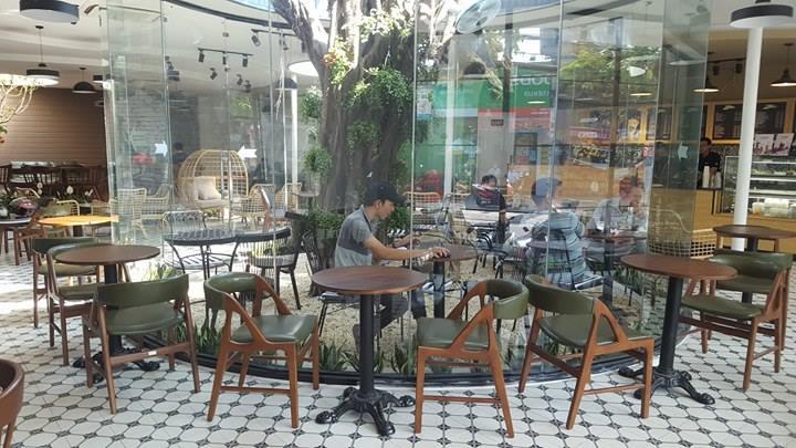 bày trí bàn ghế nội thất quán cafe effoc