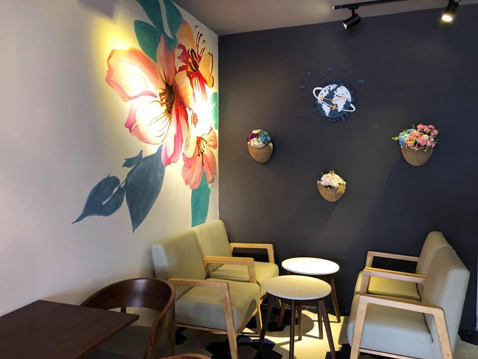 bộ bàn ghế gỗ nổi bật trong không gian được trang trí