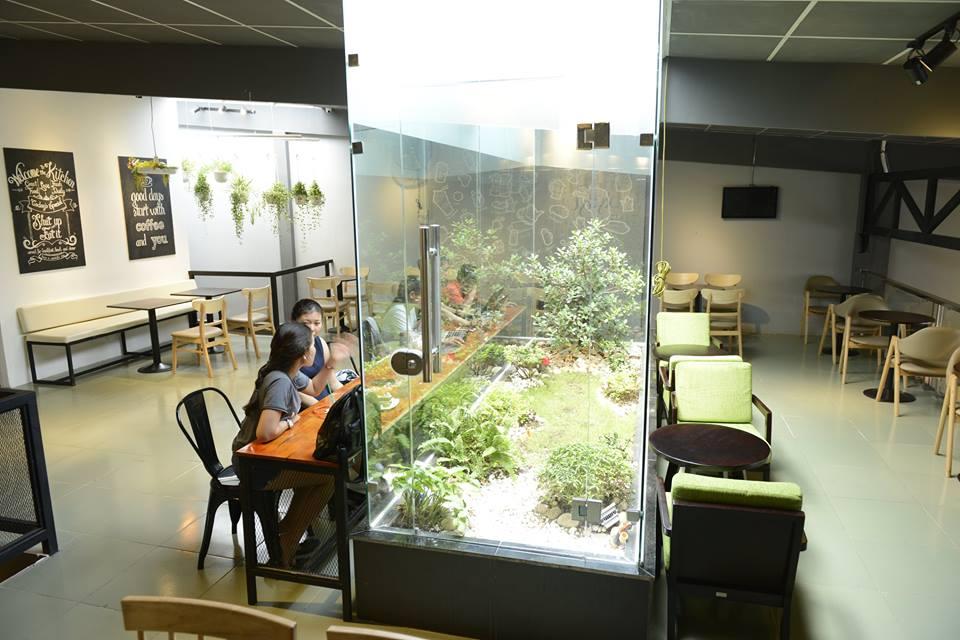 trang trí quán cà phê với tiểu cảnh bên trong