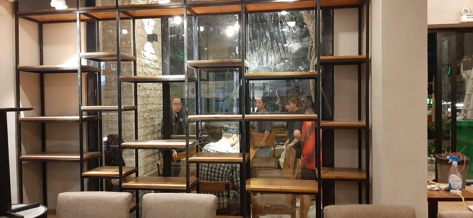 kệ gỗ trang trí quán cafe