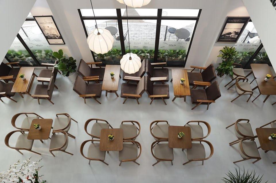 bày trí bàn ghế gỗ cao cấp nội thất quán cafe