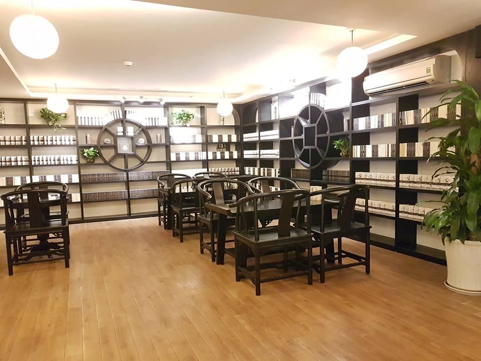 không gian nội thất bày trí bàn ghế gỗ cao cấp pcm