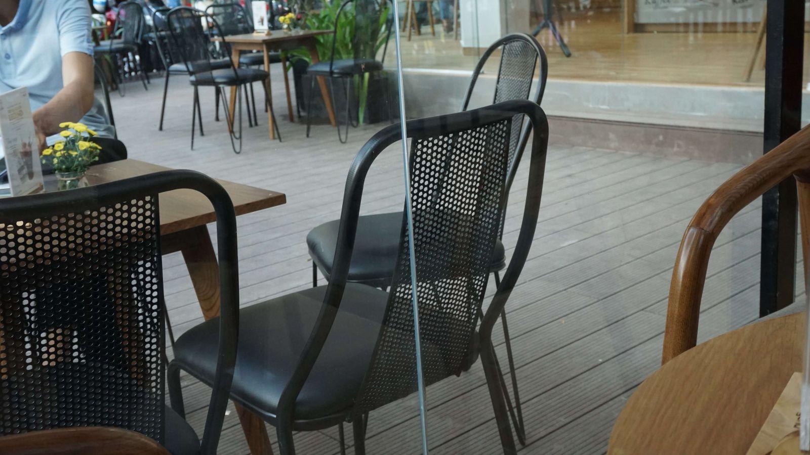 bàn ghế khung sắt bày trí ngoài trời quán cà phê