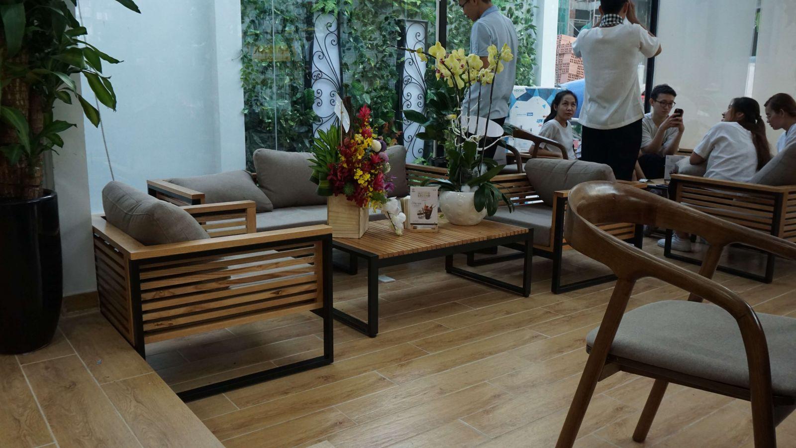 bày trí bàn ghế gỗ nội thất quán cafe trung nguyên