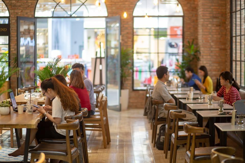 lượng khách hàng tới quán cafe khá đông