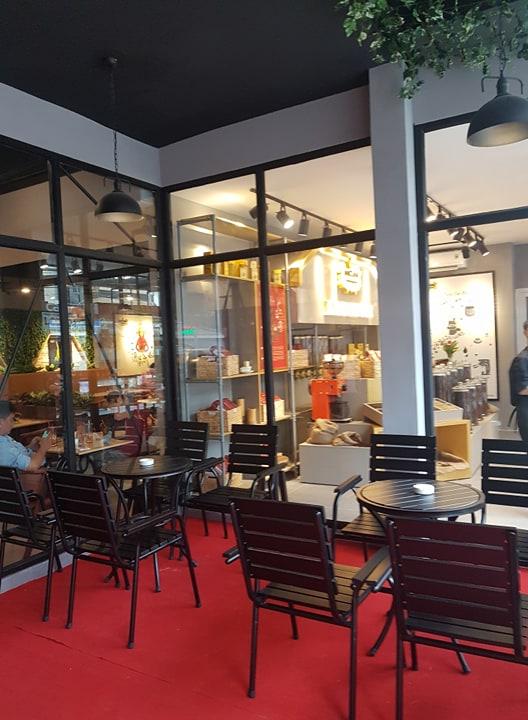 bàn ghế gỗ khung sắt quán cafe