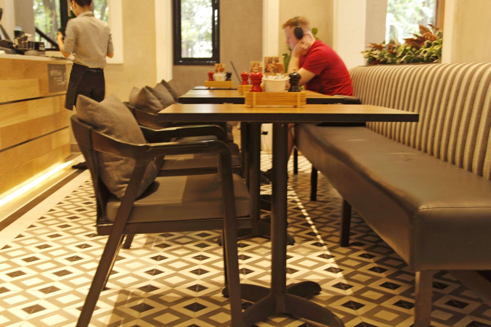 mẫu bàn gỗ kết hợp sofa băng tại tầng trệt quán cafe