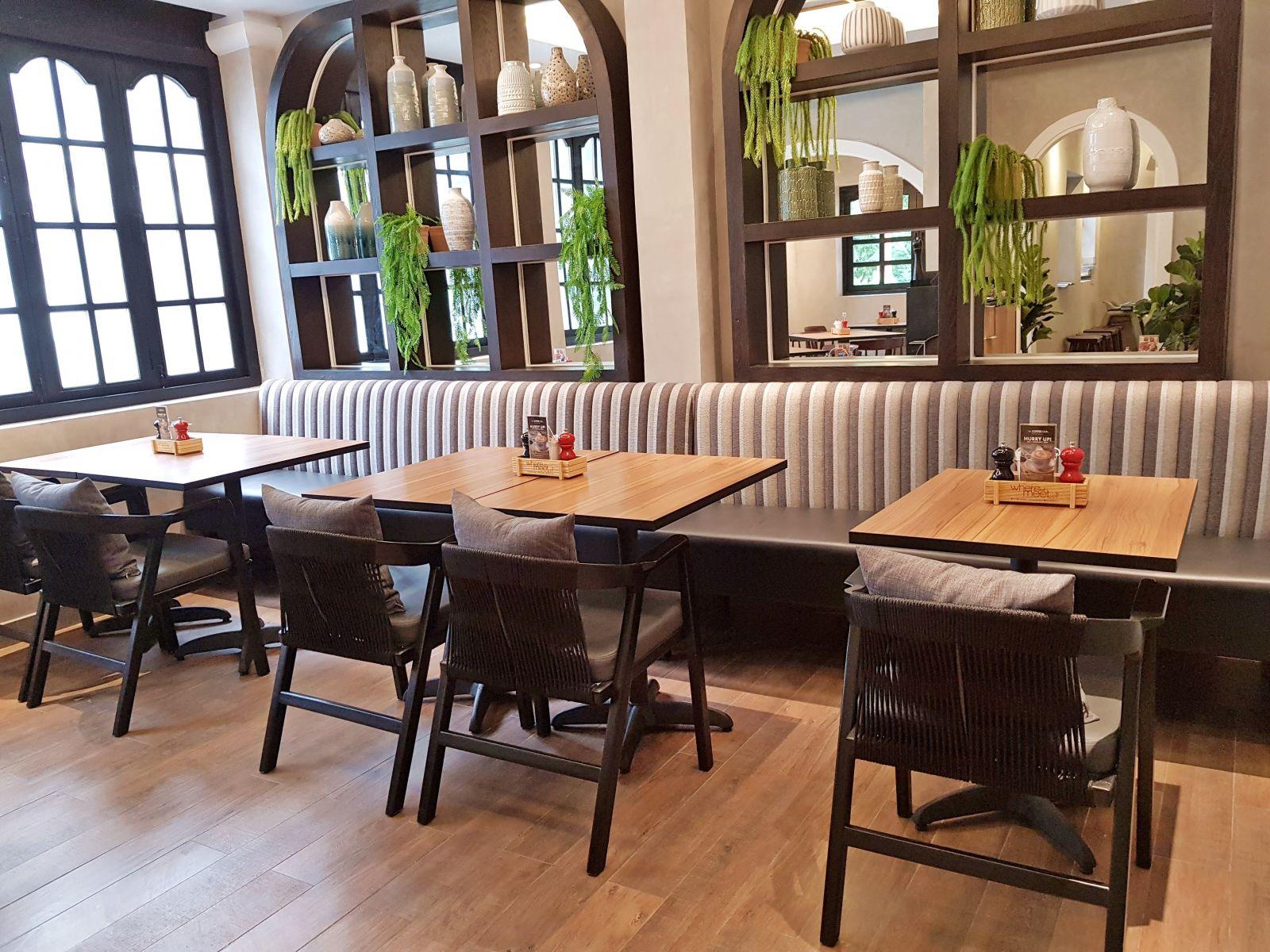 bày trí bàn ghế sofa cao cấp quán cafe