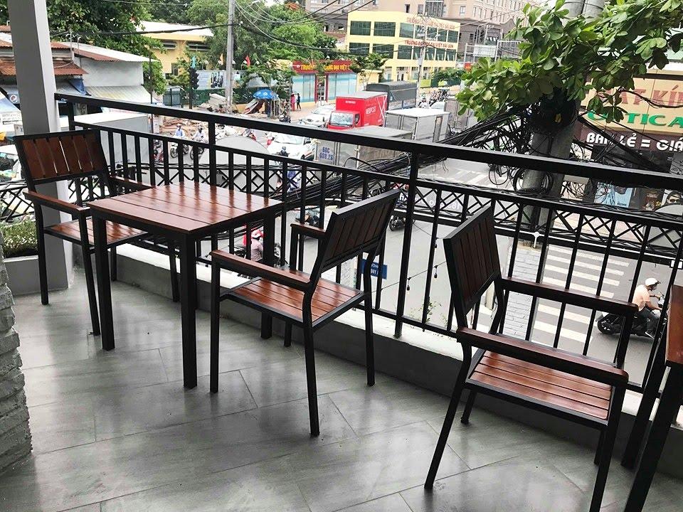 khu vực ban công quán cafe sử dụng bàn ghế gỗ khung sắt pcm