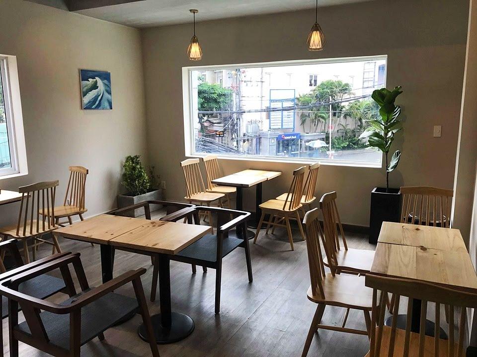 bàn ghế gỗ trong nội thất quán cafe