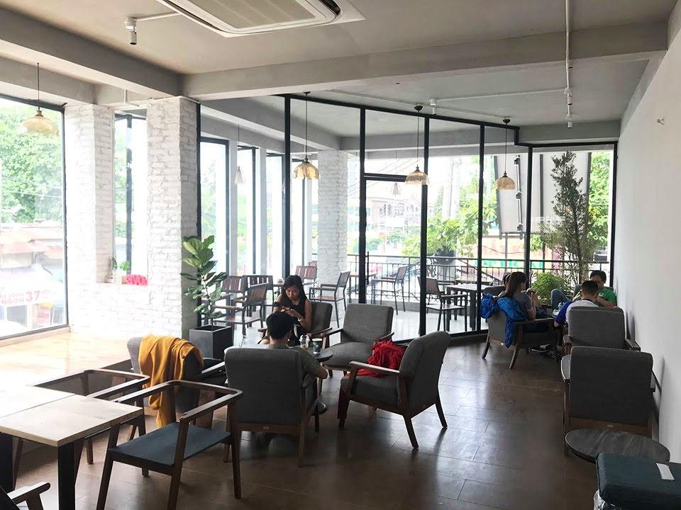 nội thất quán cà phê the monday với những bộ bàn ghế nổi bật