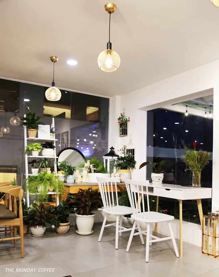 bày trí bàn ghế phù hợp với khoảng không gian nội thất quán