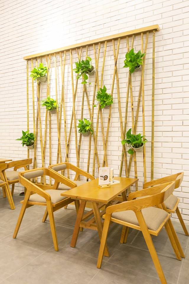 mẫu bàn ghế gỗ mc85 nổi bật trong không gian nội thất trung nguyên legend cafe