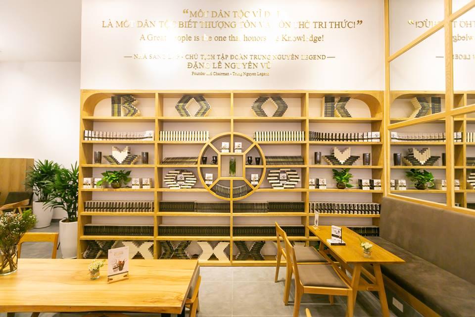kệ sách đặc trưng trong hệ thống cafe sách của trung nguyên