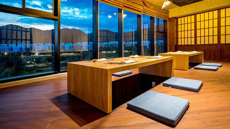 bàn ghế bệt trong nhà hàng oceanami