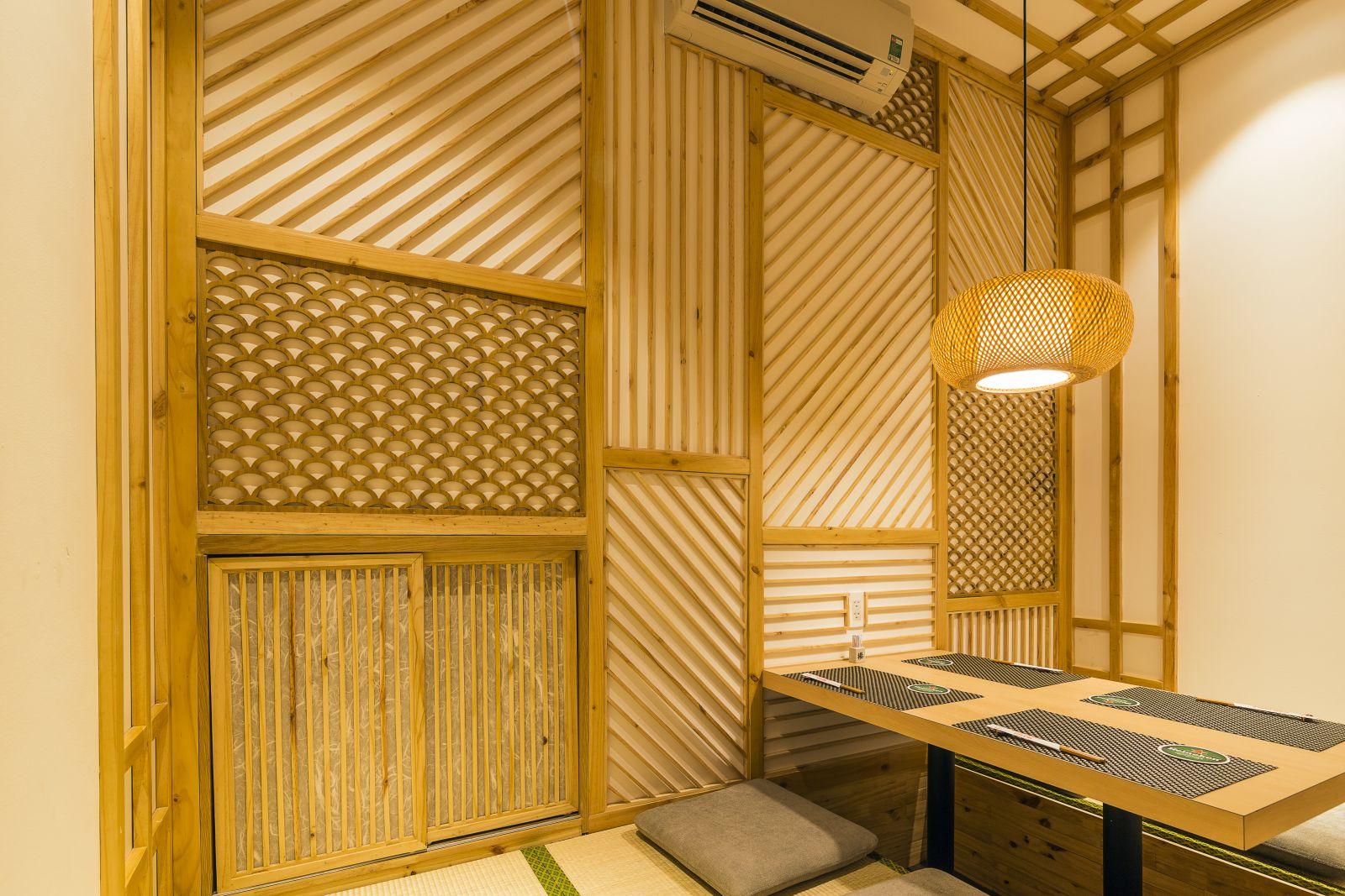 thiết kế sử dụng đèn lồng gỗ mang tới nét sang trọng cho nội thất nhà hàng