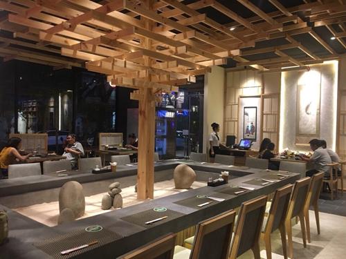 không gian nội thất nhà hàng nhật sushi world vào buổi tối