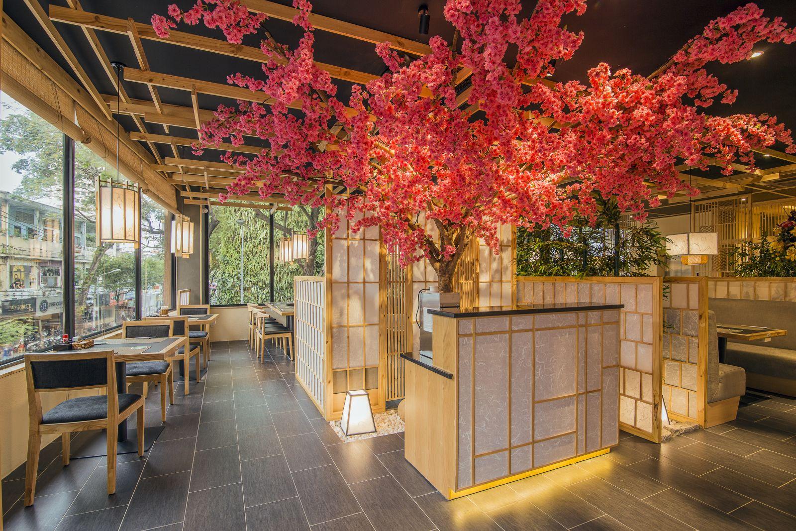 trang trí nội thất nhà hàng bằng cây hoa anh đào