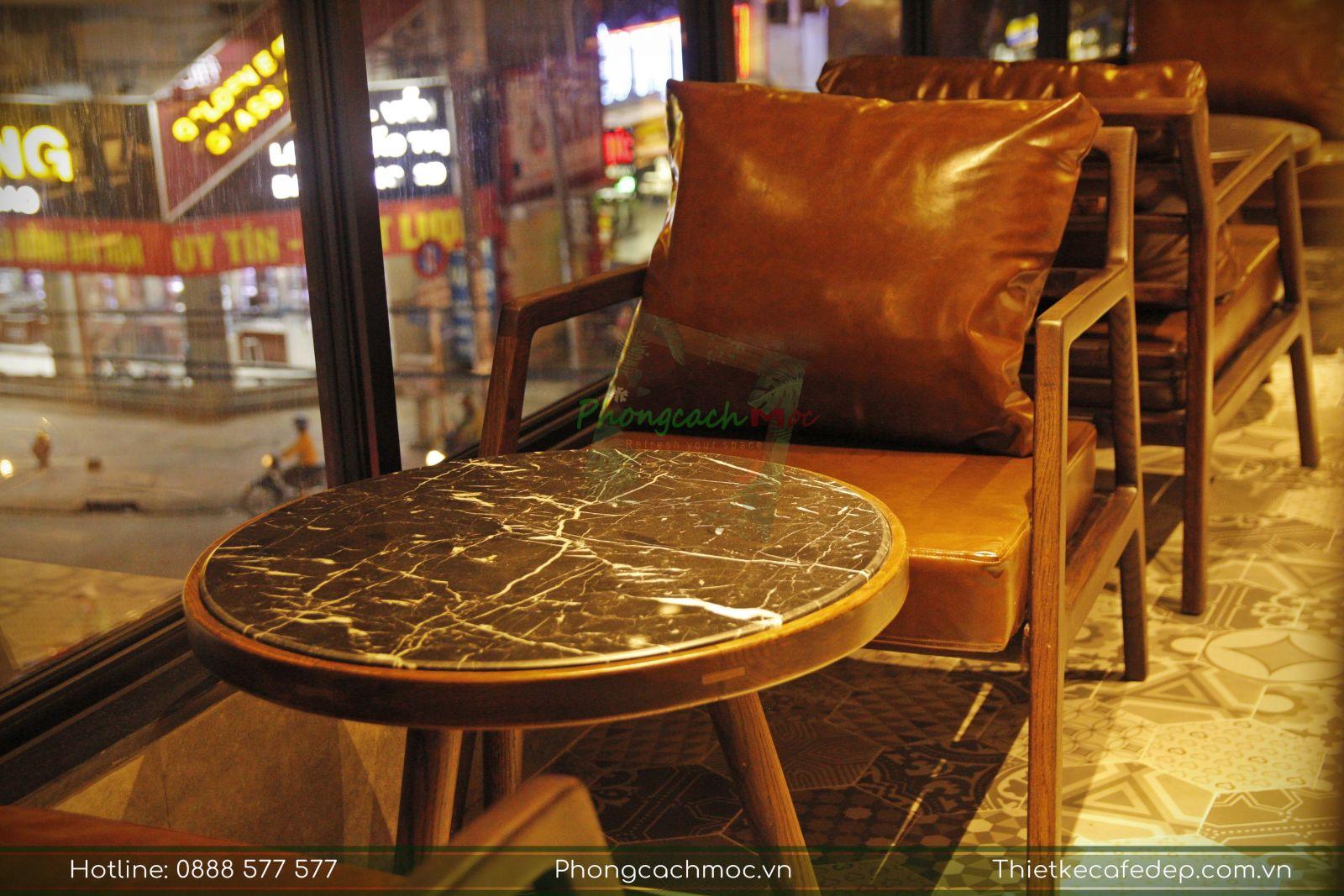 ghế sofa cao cấp kết hợp bàn gỗ mặt đá nổi bật quán cafe