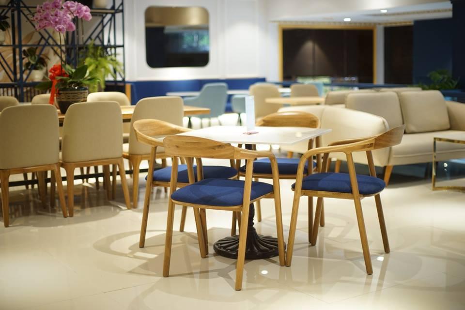 bộ bàn ghế trong không gian quán cafe