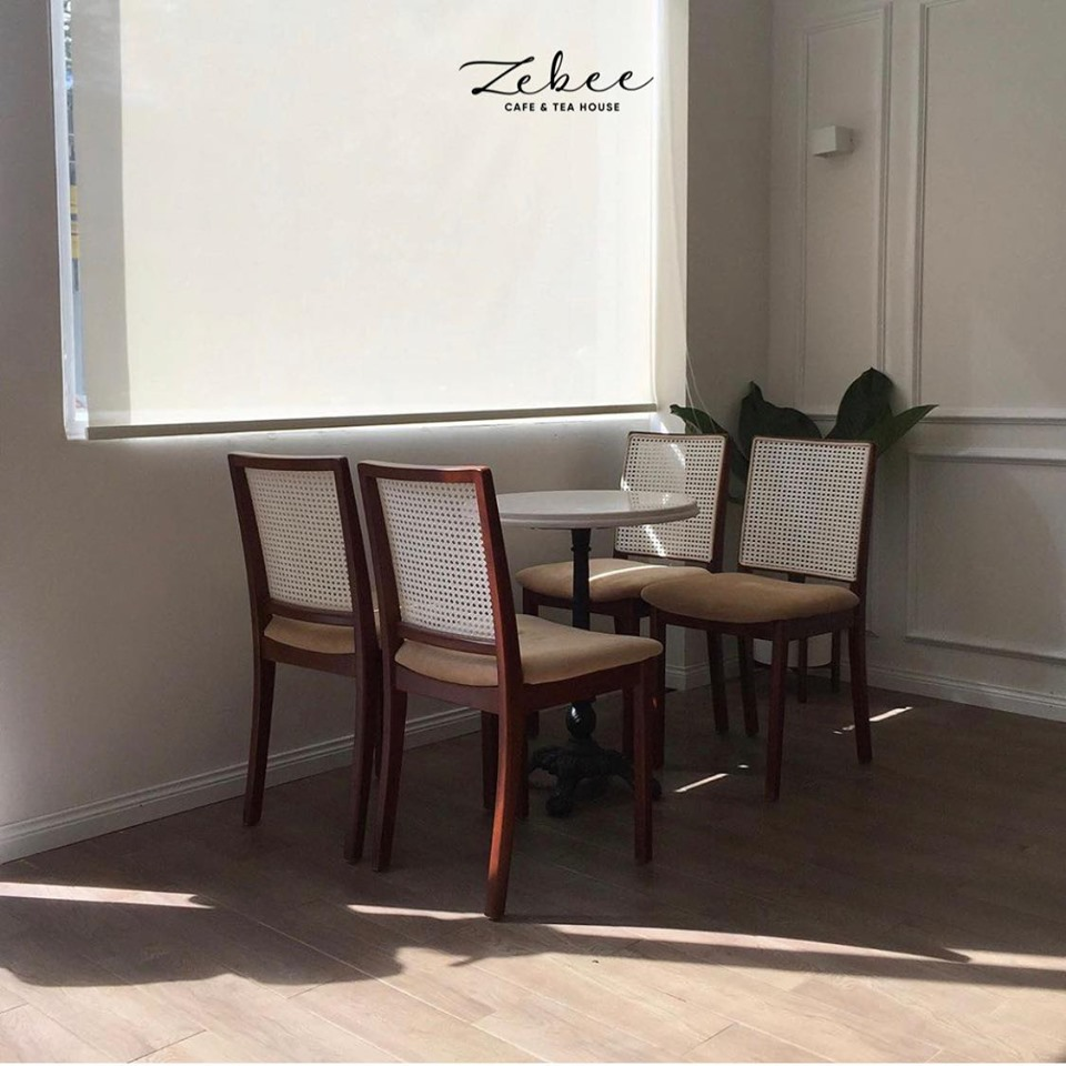 bố trí bàn ghế nội thất mang tới nét sang trọng tinh tế của nội thất quán cafe