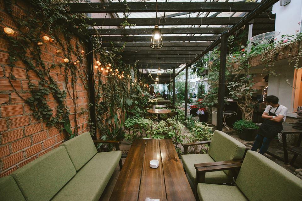 sử dụng mẫu bàn ghế sofa dành cho quán cafe nhiệt đới