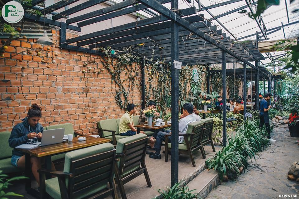 khách hàng cảm nhận không khí tuyệt vời tại quán cafe nhiệt đới