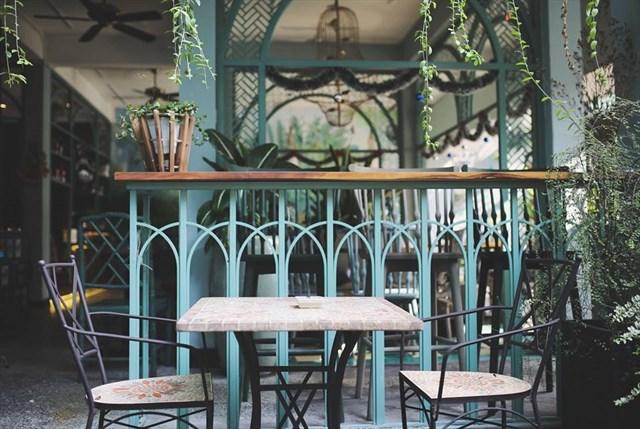 mẫu bàn ghế khung sắt nổi bật trong nội thất quán cafe tropical