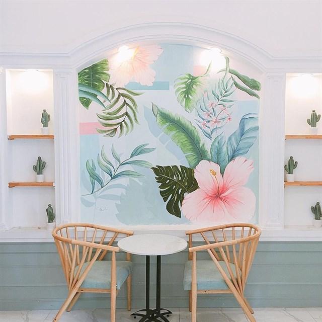 bày trí bàn ghế nội thất dành cho 2 người ngồi tại quán cafe