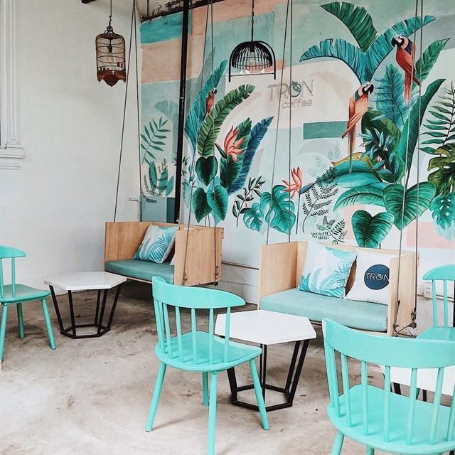 sử dụng bàn ghế nội thất cho quán cafe thiết kế theo tropical style
