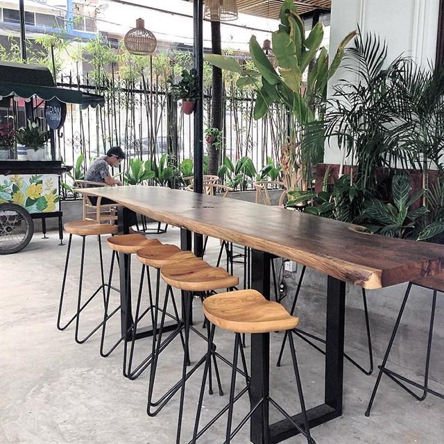 bộ bàn nhóm vintage nổi bật không gian quán cafe nhiệt đới